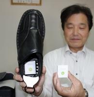 福井フェニックスロータリークラブが貸し出しているGPS発信器が、かかと部分に埋め込まれた靴