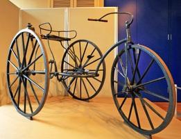 松平春嶽が乗ったものと同年代の三輪自転車(大阪府堺市の自転車博物館サイクルセンター提供)