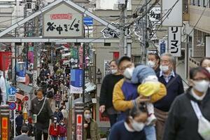 3連休の最終日に東京・谷中銀座商店街を歩く人たち=23日午後