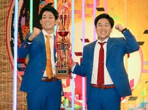 第50回NHK上方漫才コンテストで優勝した「ネイビーズアフロ」の皆川さん(左)と、はじりさん