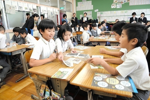 集めた新聞記事をテーマごとに分類する児童=11日、福井県勝山市村岡小