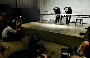 「闇営業」問題などについての記者会見を終え、頭を下げる宮迫博之さん(左)と田村亮さん=20日午後、東京都港区