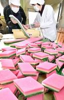 桃の節句を前に作られる華やかなひし餅=福井県福井市の小形米菓