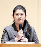 「日本経済の展望と地方創生」と題して講演する岩本沙弓氏=26日、福井新聞社・風の森ホール