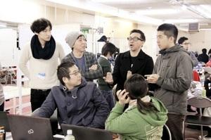 リノベーションスクールで受講者と物件活用のアイデアを出し合う荒谷さん(手前左)=2月13日、北九州市小倉北区