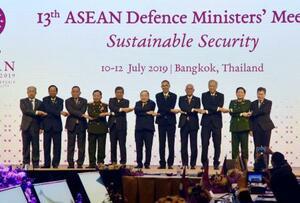 11日、バンコクで開かれたASEAN国防相会議の開幕セレモニーで、記念撮影に応じる各国の国防相ら(共同)