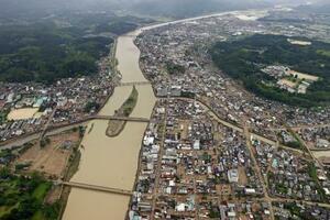 球磨川の氾濫で被害を受けた熊本県人吉市の市街地=5日午前11時31分(共同通信社ヘリから)