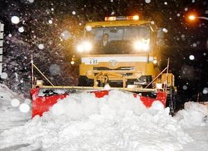 今冬初めて出動した除雪車=12月6日午前4時50分ごろ、福井県勝山市北谷町谷