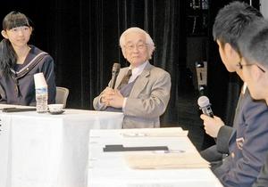 ふくいサイエンスフェスタで福井県内の高校生の質問に答える益川敏英氏(中央)=19日、福井市のアオッサ