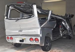 県道で横転しトラックと衝突した、18歳の男女4人が乗っていた軽乗用車=2日午後、静岡県警富士署