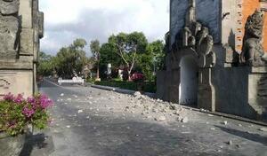 地震で損壊したインドネシア・バリ島の観光施設=16日(住民提供・共同)