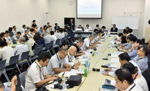 日本労働弁護団が開いた高度プロフェッショナル制度と裁量労働制の拡大に反対する集会=14日午前、国会