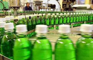 出荷がピークを迎え、次々と製造されるご当地炭酸飲料「さわやか」=4月24日、福井県福井市上野本町の北陸ローヤルボトリング協業組合