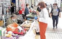 歩行空間で買い物盛況 敦賀・本町1 初の「マルシェ」