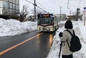 除雪が進み福井市内を運行する京福バス=11日午後4時50分ごろ、同市水越1丁目