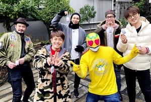 お守りを手に、はっぴーすマンと記念撮影する純烈=石川県内