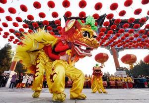 春節を迎え、中国の伝統的な縁日「廟会」で披露された獅子舞=5日、北京・地壇公園(共同)