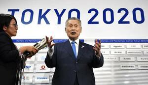 東京五輪のマラソンと競歩の札幌開催が確実な情勢となり、取材に応じる東京五輪・パラリンピック組織委の森喜朗会長=17日午後、東京都中央区