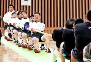 力がぶつかり合う綱引き競技=勝山市体育館ジオアリーナ