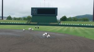 グラウンド状況不良のため、試合開始が遅れている福井県営球場=7月14日、福井県福井市