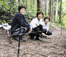 集落沿いの山中約1.5キロを切り開き、電気柵を設置した女性3人=福井県勝山市