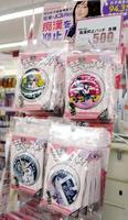 コクミンが販売を開始した、痴漢抑止を目的とした缶バッジ=大阪市の「KoKuMiN淀屋橋駅店」