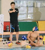 練習で指示を出す水球男子日本代表の大本洋嗣監督=5月2日、富山市