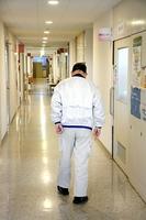 貧困で生活が成り立たず、何度も自殺を考えたという70代の男性=福井市内の病院