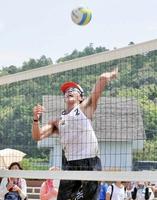 左腕から角度のあるスパイクを放つ清水=福井県小浜市の若狭鯉川シーサイドパーク