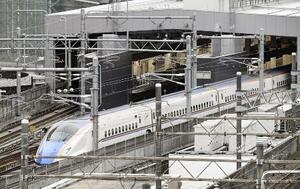 金沢駅を出発する北陸新幹線の列車=3月14日