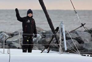 13日、米東海岸のバージニア州からヨットで出発し、海上で手を振るグレタ・トゥンベリさん(AP=共同)