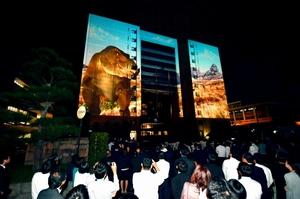 「恐竜王国」をアピールする映像を投影したプロジェクションマッピング=10月1日夜、福井県庁広場