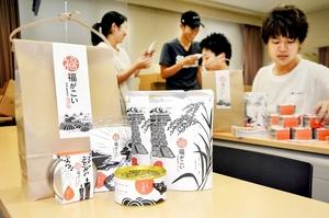 「福がこい」の袋詰め作業に取り組む福井大大学院の学生=8日、福井市の同大文京キャンパス