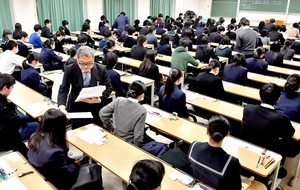 大学センター試験の開始を待つ受験生=2018年1月13日、福井県福井市の福井大文京キャンパス