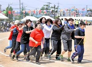 息を合わせ、むかでリレーに挑む地元女性たち=21日、福井市湊小