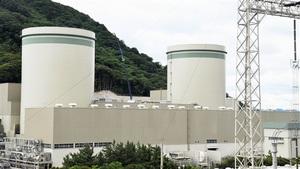 運転延長が認められた(右から)高浜1、2号機=福井県高浜町田ノ浦の高浜原発