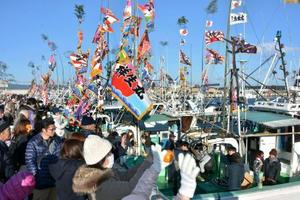 東日本大震災以来7年ぶりに行われた出初め式で、多くの人の見送りを受け出港する漁船=2日、福島県浪江町の請戸漁港