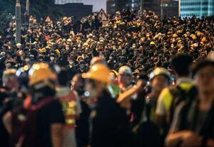 香港の政府本部庁舎前に集まったデモ隊=18日、香港(共同)