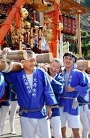 住民と会話を楽しみながらみこしを担ぐ橋本さん(右)=8日、福井市大丹生町