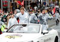 ソフトバンク、福岡でパレード