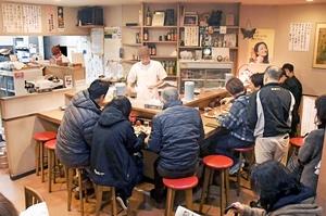 閉店を惜しむ常連客らで賑わう鶴来の店内=1月31日、福井県福井市中央1丁目