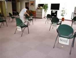 いすの間隔を空け、受付番号による個別使用にした待合スペース=福井県福井市の県立病院・健康診断センター