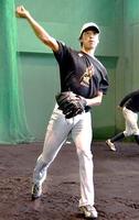 ブルペンで練習する高橋康二。福井球団での2年間で急成長を遂げた=福井市の福井フェニックススタジアム