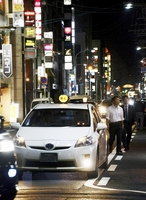 福井市の繁華街で客待ちするタクシー。客足は減少傾向にあるという=10日午後8時半ごろ、福井市順化2丁目