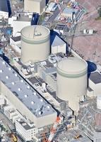 関西電力高浜原発1号機(手前)と2号機=2020年12月2日、福井県高浜町
