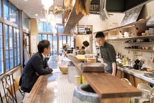 フラットキッチンのカウンターに座ると、店づくりに携わった多くの人の愛着が伝わってくる=12日、福井市順化2丁目