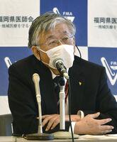記者会見する福岡県医師会の上野道雄副会長=11日午後、福岡市