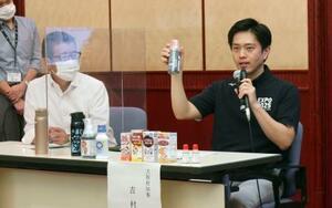 記者会見でうがい薬を示す大阪府の吉村洋文知事(右)と大阪市の松井一郎市長=4日午後、大阪市