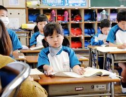授業中に先生の話を聞く莉愛ちゃん=12月16日、福井市の河合小