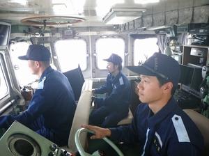 船橋の中で操船業務にあたる航海科職員